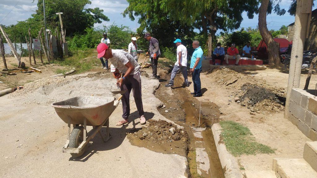 Jesús Jerez este sábado continúa construcciones de badenes en Montecristi